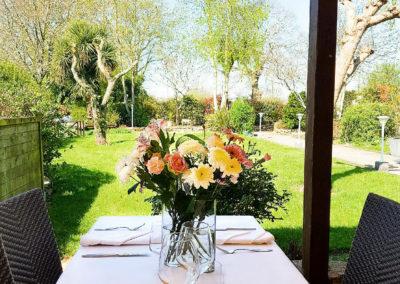 La terrasse et le jardin de l'Auberge du Rohan à meucon